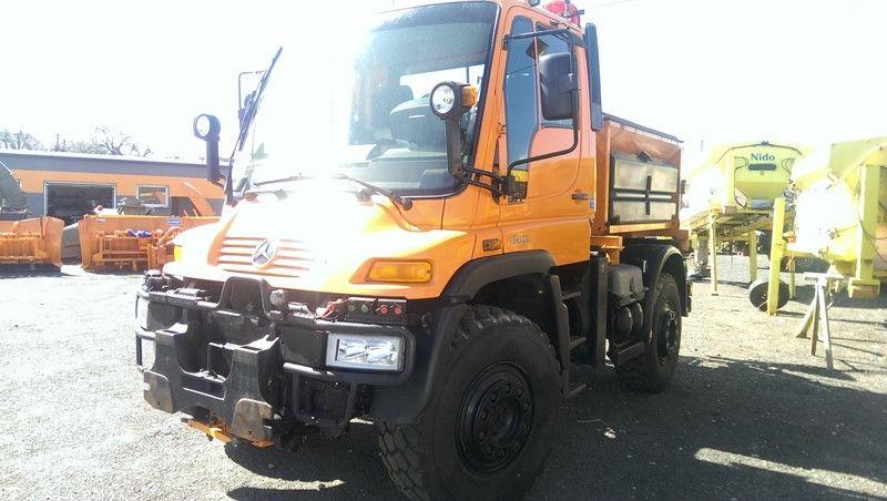 MERCEDES-BENZ UNIMOG U400 épandeur à sable